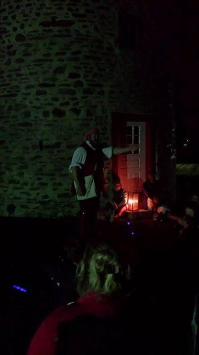 Camping sous les étoiles! Conte et chanson sur le bord du feu